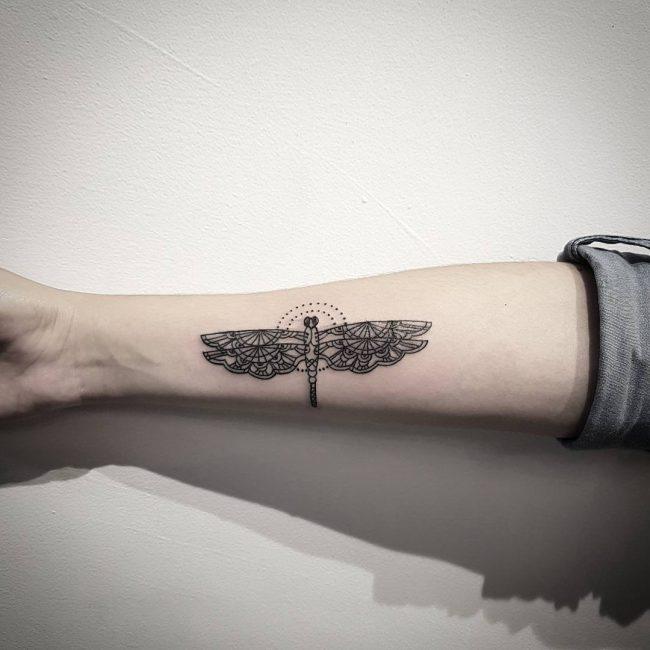 tatuaje de libelula para mujer en el brazo