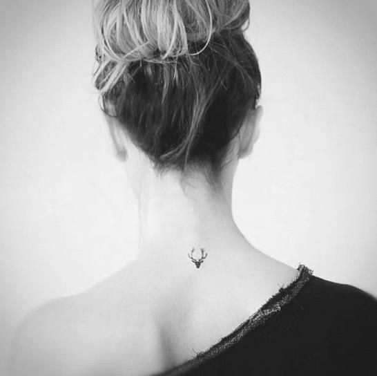 tatuaje de ciervo pequeño mujer