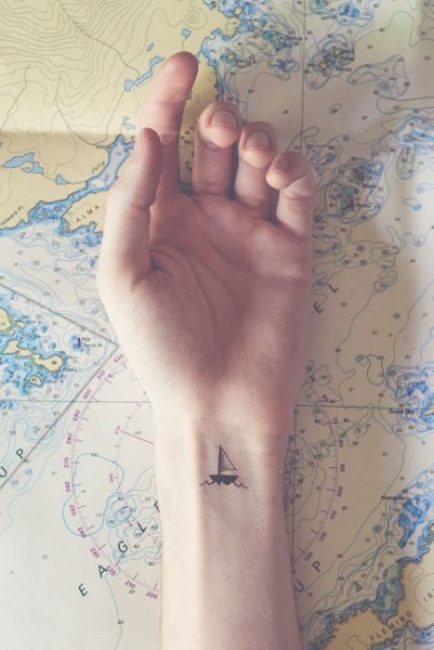 tatuaje pequeño mujer velero