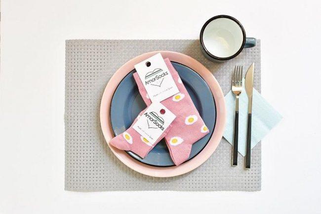 calcetines de fondo rosa claro con huevos fritos
