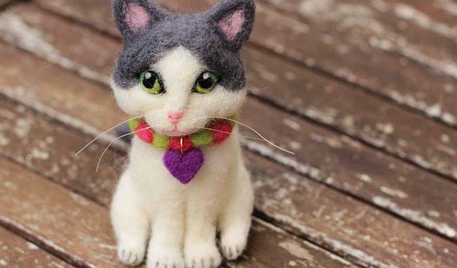 mascota de fieltro con aguja